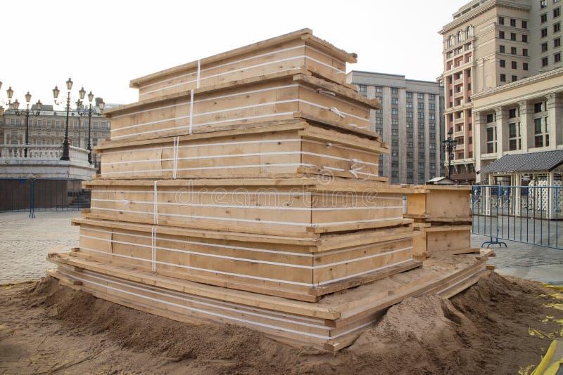 Pilas de madera en una plataforma foto de archivo