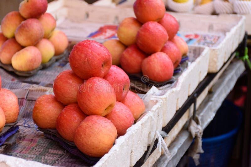 Pilas de manzanas imagen de archivo