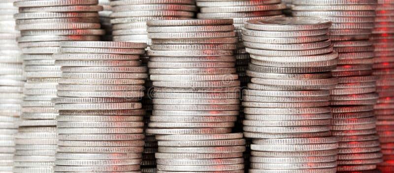 Pilas de monedas de plata puras fotografía de archivo libre de regalías