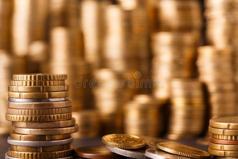 Pilas de oro de la moneda, fondo rico del dinero imágenes de archivo libres de regalías
