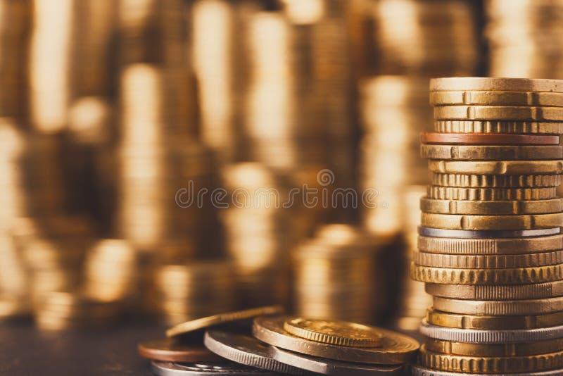 Pilas de oro de la moneda, fondo rico del dinero fotografía de archivo