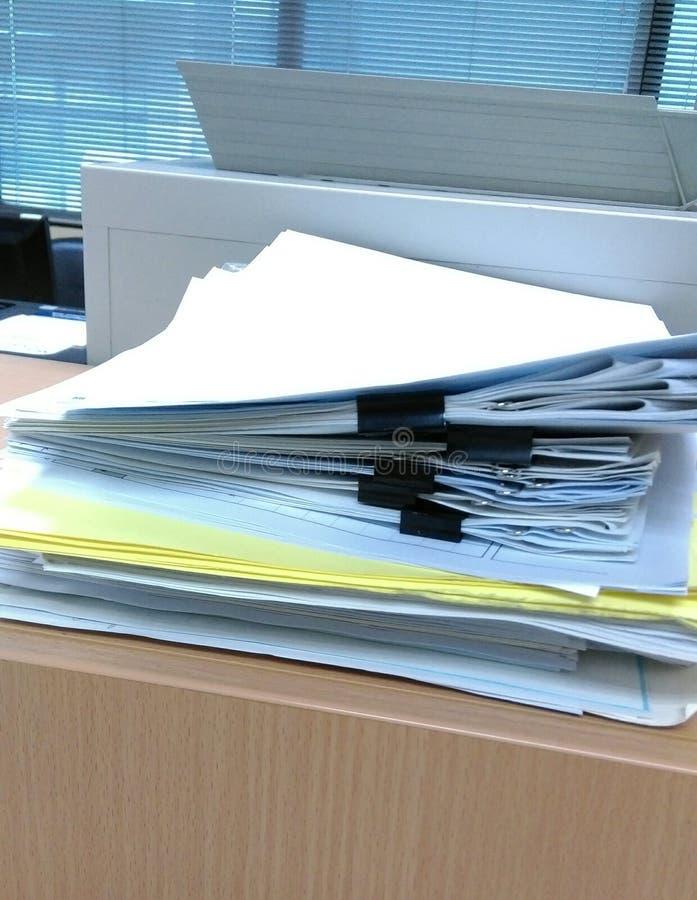Pilas de papeleo en el gabinete en oficina fotografía de archivo libre de regalías