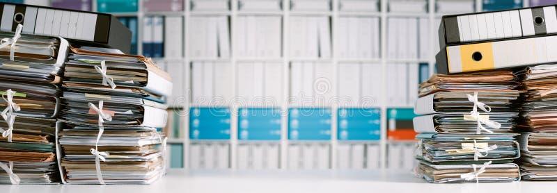 Pilas de papeleo en la oficina fotografía de archivo libre de regalías