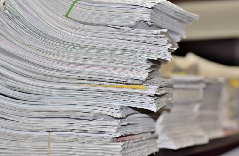 Pilas de papeleo en un escritorio de oficina fotografía de archivo