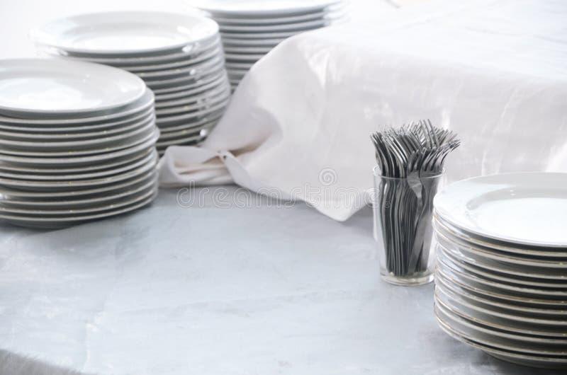 Pilas de platos y de bifurcaciones fotografía de archivo
