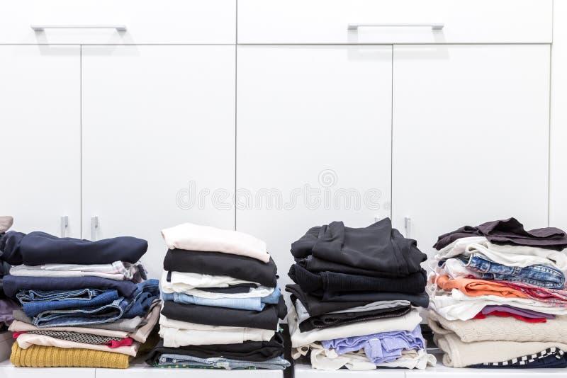 Pilas de ropa limpia en lavadero foto de archivo