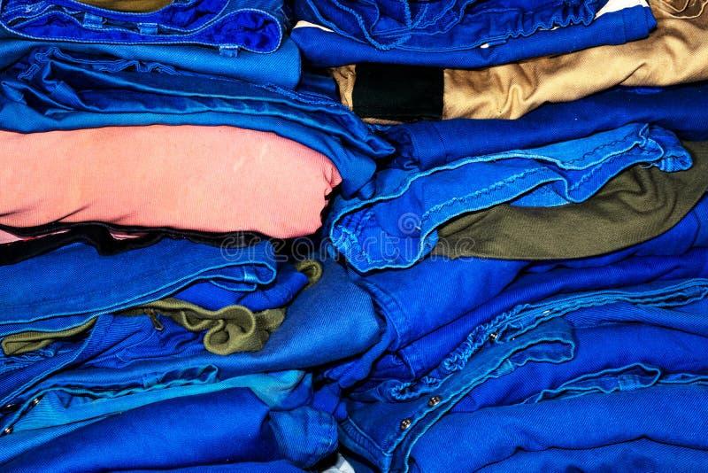 Pilas de ropa de trabajo doblada fotos de archivo