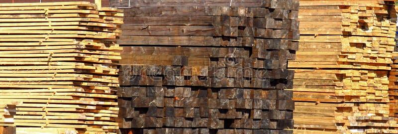 Pilas de tablón, de haces de la madera, de barras y de registros de madera foto de archivo libre de regalías