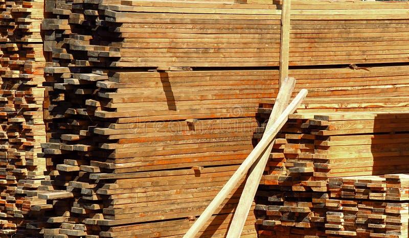 Pilas de tablón, de haces de la madera, de barras y de registros de madera imagenes de archivo