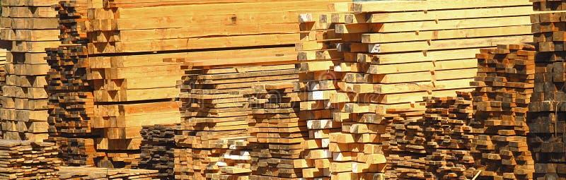 Pilas de tablón, de haces de la madera, de barras y de registros de madera foto de archivo