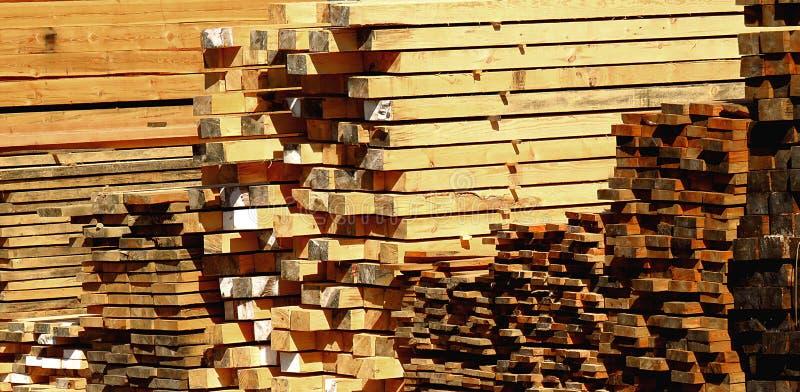 Pilas de tablón, de haces de la madera, de barras y de registros de madera fotos de archivo
