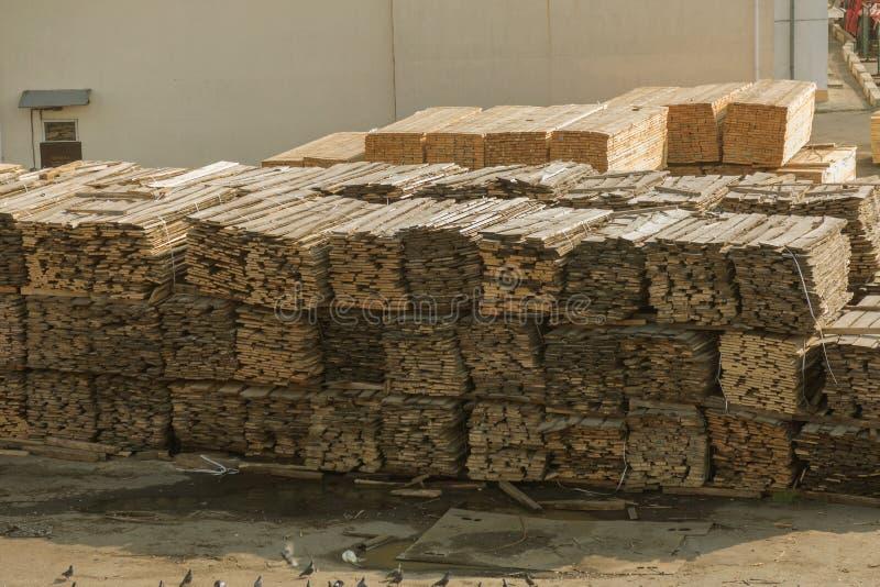 Pilas de tablones de madera en la litera del puerto Warehouse para el sawin foto de archivo