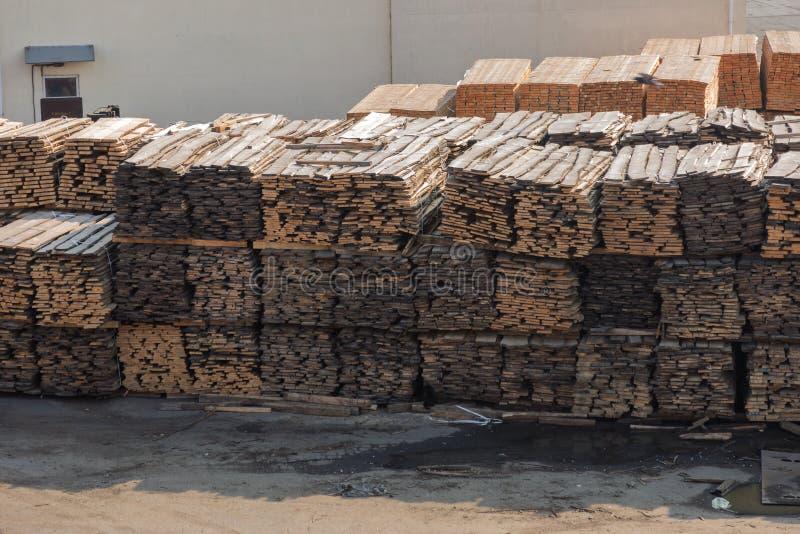 Pilas de tablones de madera en la litera del puerto Warehouse para el sawin imagenes de archivo
