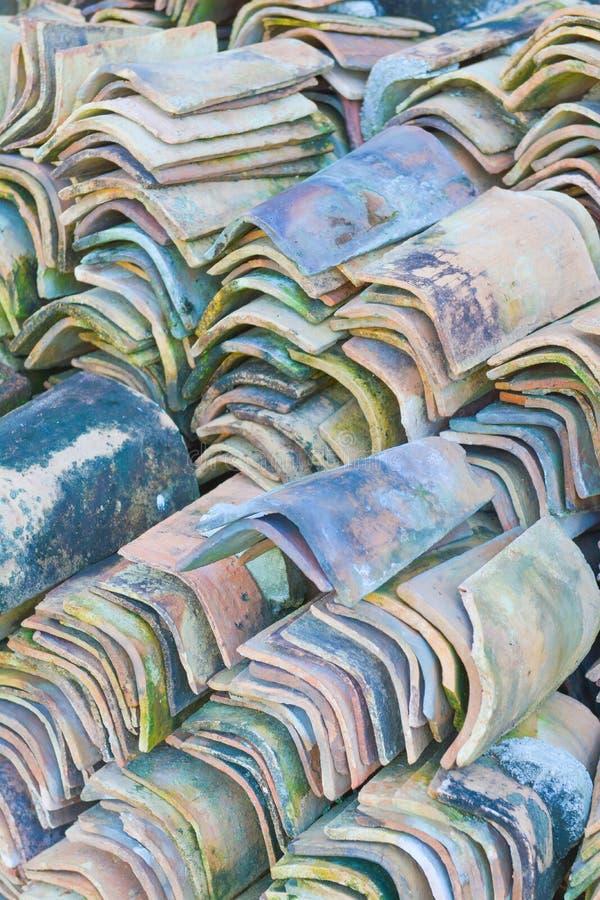 Pilas de tejas de tejado viejas imagenes de archivo