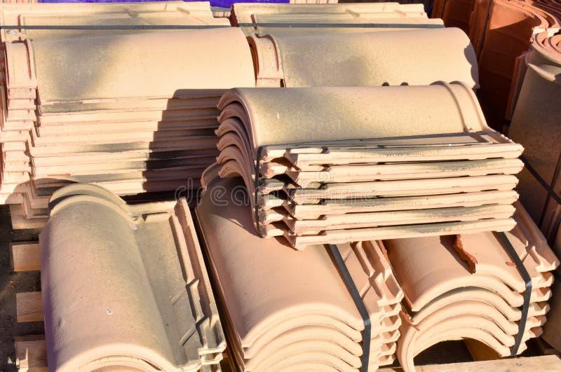 Pilas de tejas de tejado en muchas filas con diverso número en cualquier columna Las tejas antiguas se manchan con polvo y liquen imágenes de archivo libres de regalías