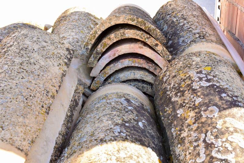 Pilas de tejas de tejado viejas en muchas filas con diverso número en cualquier columna Las tejas antiguas se manchan con polvo y fotografía de archivo libre de regalías