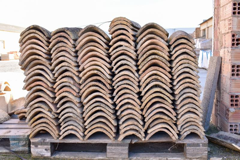 Pilas de tejas de tejado viejas en muchas filas con diverso número en cualquier columna Las tejas antiguas se manchan con polvo y foto de archivo libre de regalías