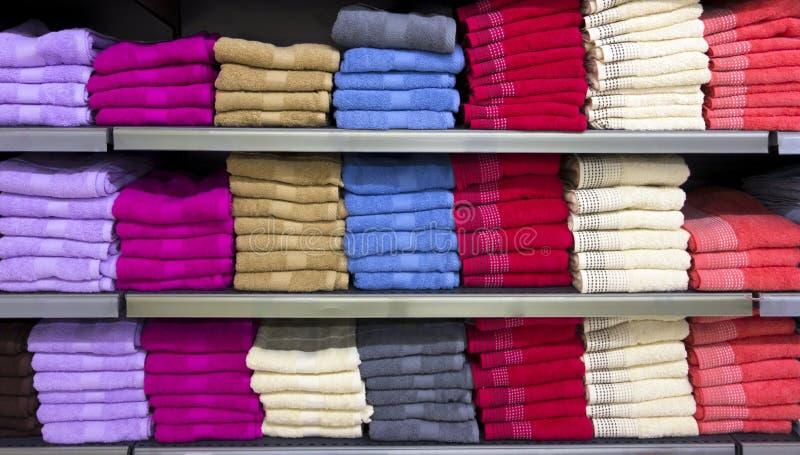 Pilas de toallas multicoloras foto de archivo