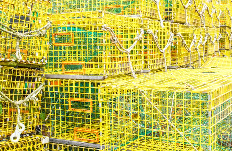 Pilas de trampas amarillas vacías de la langosta en un muelle imágenes de archivo libres de regalías