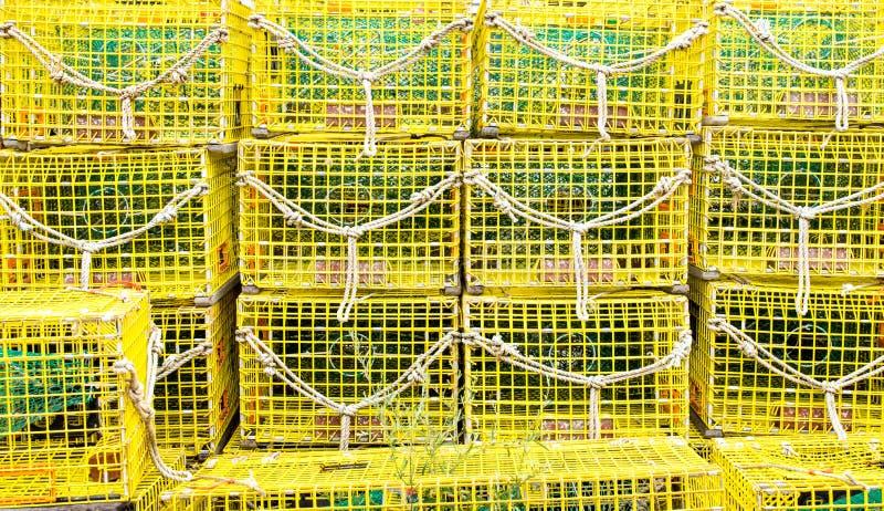 Pilas de trampas amarillas vacías de la langosta en un muelle imagen de archivo