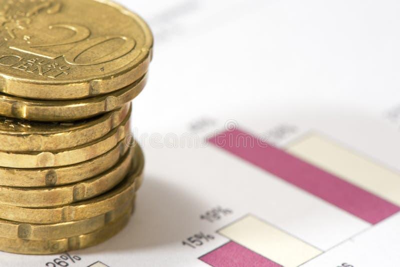 Pilas de veinte euros de los centavos en datos financieros. fotografía de archivo