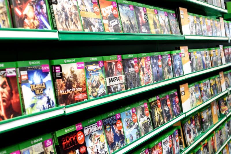 Pilas de videojuegos de Xbox uno en una tienda del juego foto de archivo