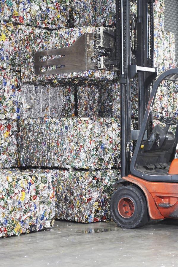 Pilas del cargamento de la carretilla elevadora de productos reciclados foto de archivo libre de regalías