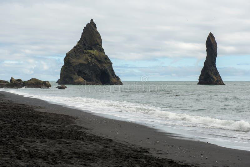 Pilas del mar del basalto de Reynisdrangar, Islandia fotos de archivo libres de regalías