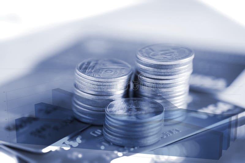 Pilas dobles del exopsure de monedas y de tarjeta de crédito con g financiero imagen de archivo