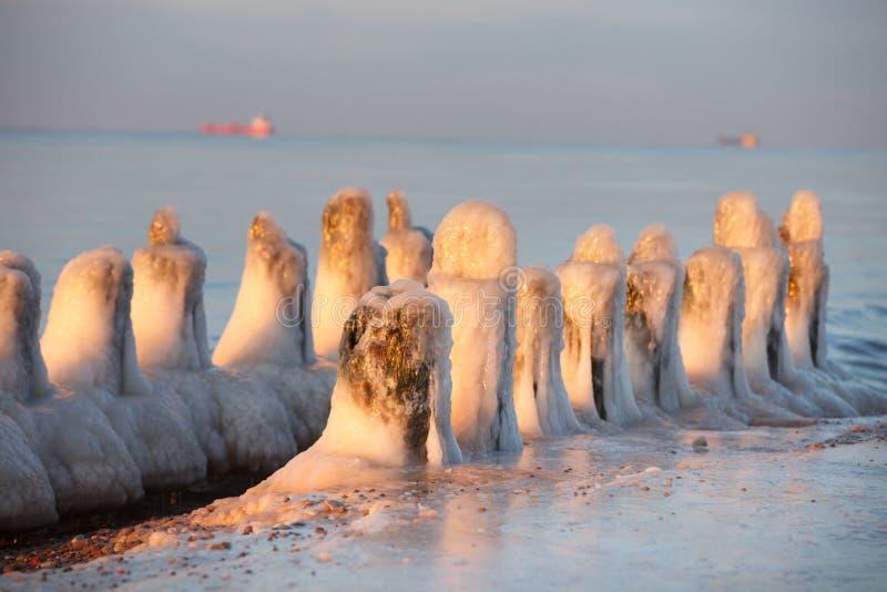 Pilas viejas congeladas del embarcadero fotografía de archivo