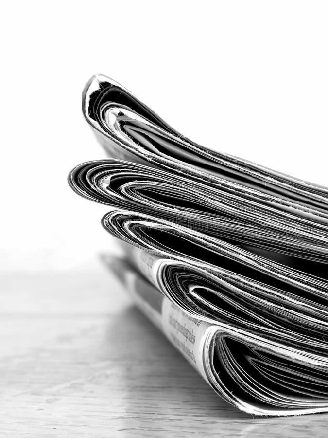 Pilas viejas del periódico para los sucesos actuales fotografía de archivo libre de regalías