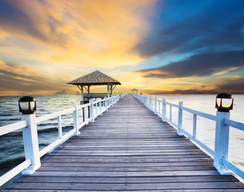Pilastri di legno e scena del mare con uso oscuro del cielo per sfondo naturale, contesto fotografie stock libere da diritti
