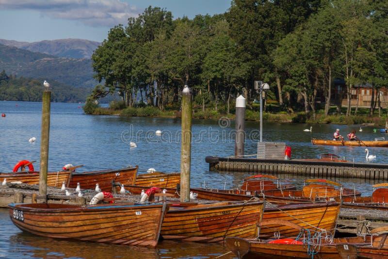 Pilastri e barche sul bordo Bowness--Windermere nel lago Distric immagini stock libere da diritti