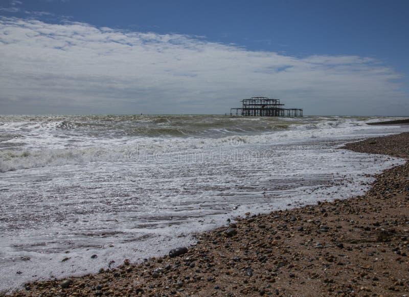 Pilastro ad ovest, Brighton, Inghilterra, il BRITANNICO - giorno soleggiato sulla spiaggia immagine stock libera da diritti