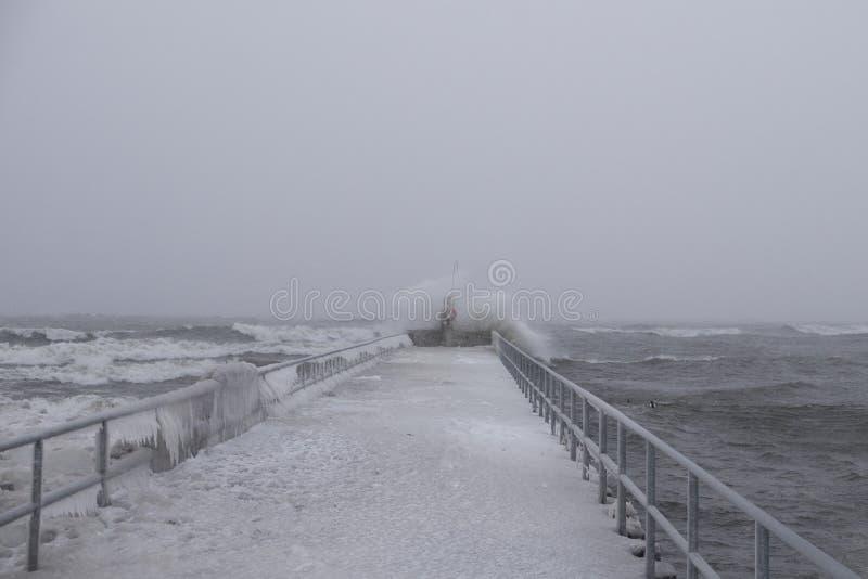 Pilastro al lago Ontario durante la tempesta della forte nevicata e del forte vento immagine stock