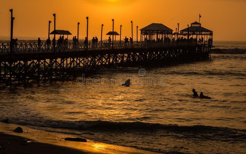 Pilastro al tramonto Huanchaco, Perù fotografia stock