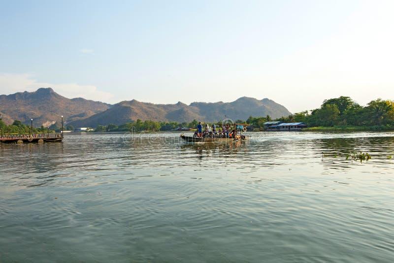 Pilastro attraverso il fiume di Mae Klong in Tailandia fotografia stock