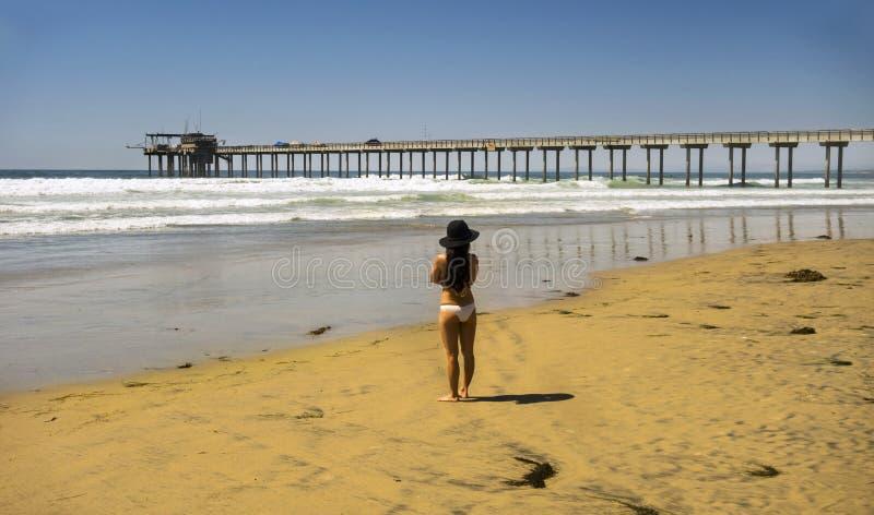 Pilastro bianco di San Diego Beach UCSD Scripps del bikini della bella donna immagine stock