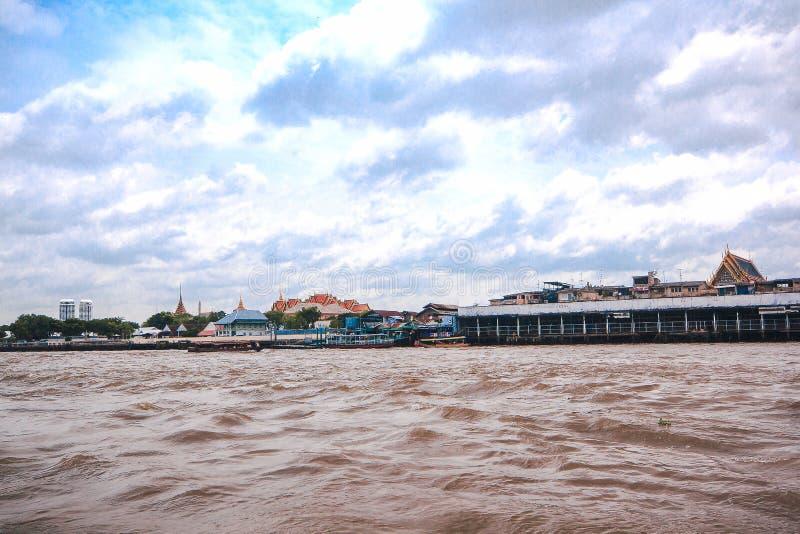 Pilastro in Chao Phraya River a Bangkok immagine stock