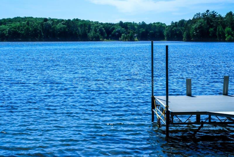 Pilastro che trascura le acque blu di Sawyer Lake in Norther Wisconsin fotografie stock libere da diritti