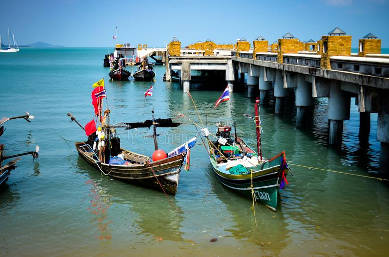 Pilastro con i longtailboats variopinti in Tailandia immagine stock libera da diritti