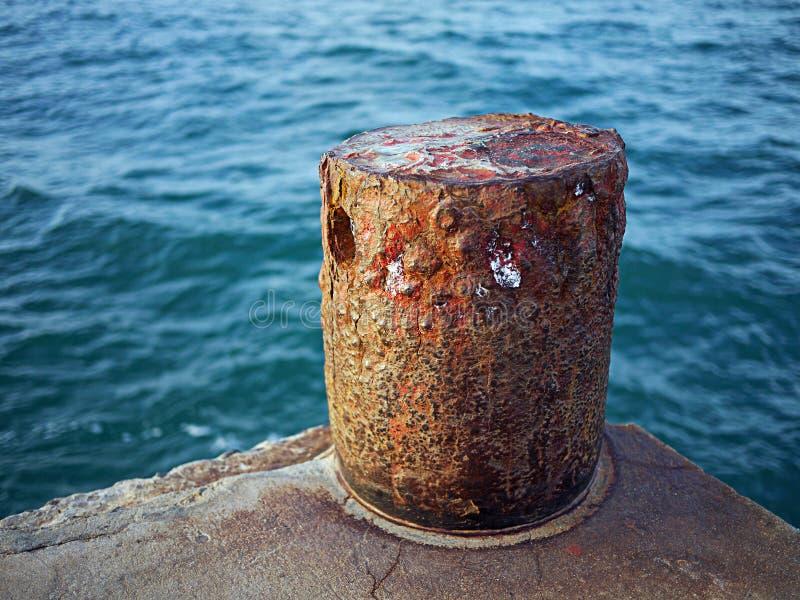 Pilastro con l'ancoraggio fotografia stock