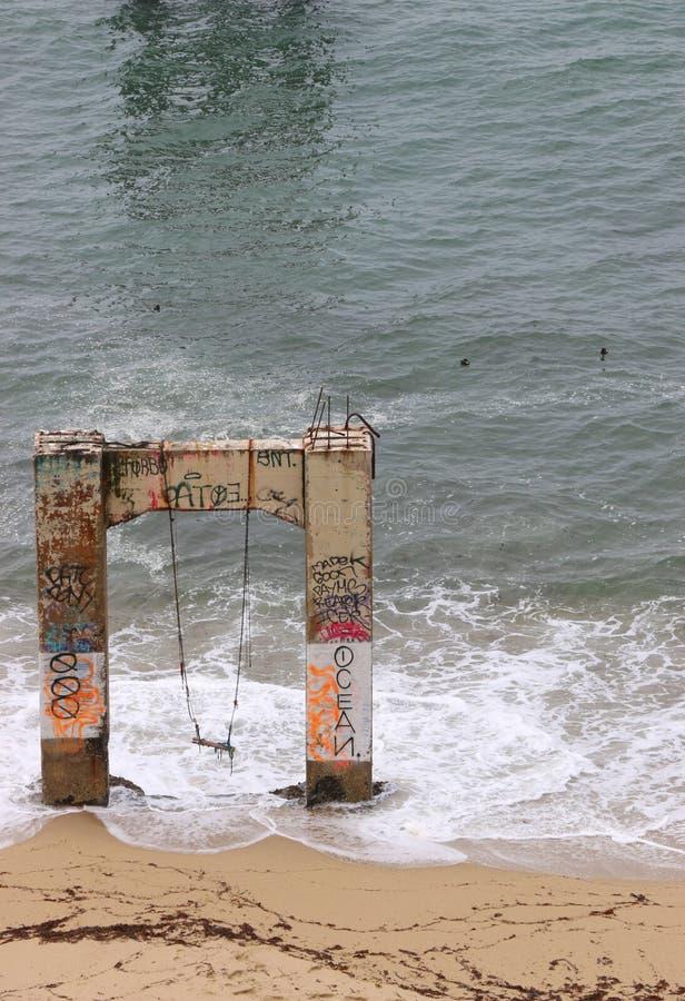 Pilastro concreto abbandonato con un'oscillazione stracciata fotografie stock libere da diritti
