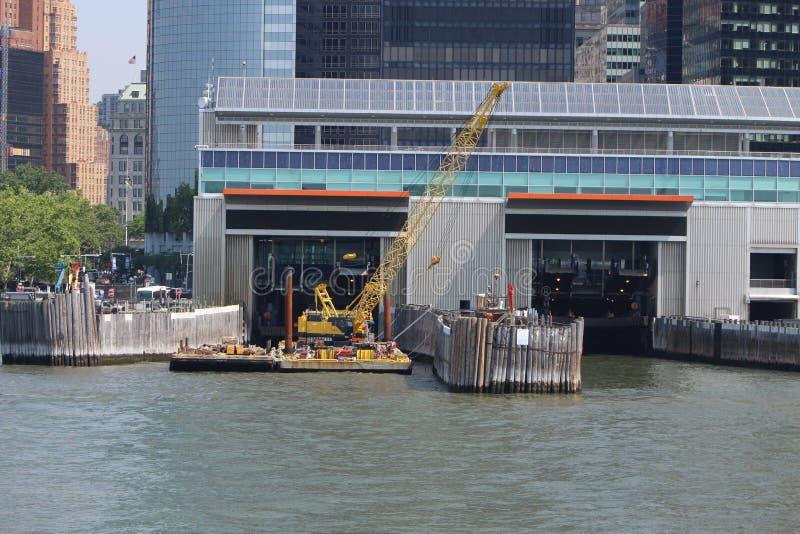 Pilastro del traghetto New York dell'isola del rasatello dal fiume hudson fotografia stock
