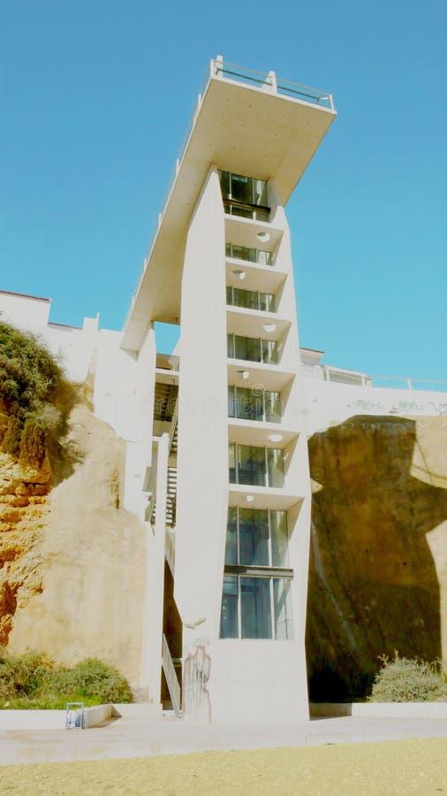 Pilastro dell'aria e dell'ascensore in Albufeira fotografia stock libera da diritti