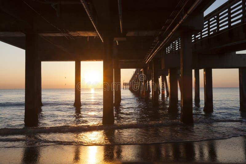 Pilastro della spiaggia di Dania ad alba Hollywood, Florida fotografia stock