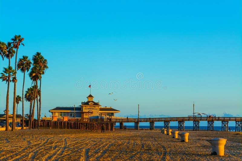 Pilastro della spiaggia di Newport al tramonto immagine stock