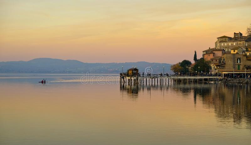 Pilastro di Anguillara Sabazia al tramonto fotografia stock libera da diritti