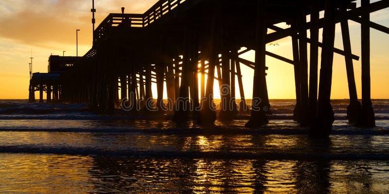 Pilastro di California della spiaggia di Newport al tramonto fotografie stock libere da diritti