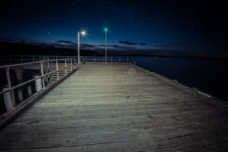 Pilastro di Corinella alla notte vuoto della gente fotografie stock libere da diritti